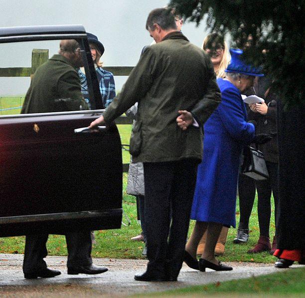 Kuningatar sai autokyydin kirkon lähelle.