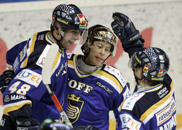Martin Kariya (keskellä) tuli Norjasta, voitti runkosarjan pistepörssin... ja menee Sveitsiin.