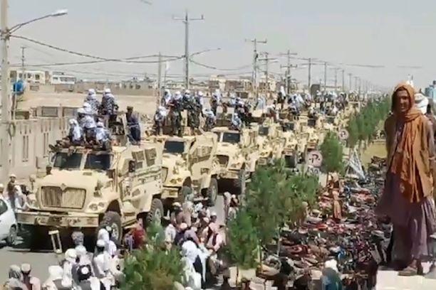 Talibanin paraati Kandaharin kaduilla.