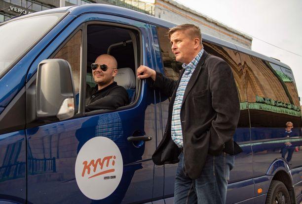 Ainoa kestävä tapa tarjota taksikyytejä halvalla on eri asiakkaiden yhdistäminen samaan kyytiin ja jakamaan kustannuksia, toteaa Kyyti Groupin toimitusjohtaja Pekka Möttö (oik).  Autossa liikennöitsijä Hasse Kauhanen.