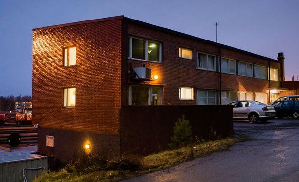 Rautaharkon vastaanottokeskus Tampereella joutui tänä vuonna lakkautettavien listalle.