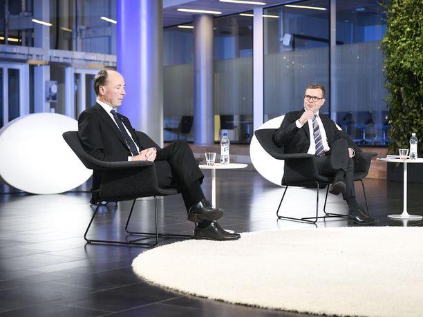 """Kokoomuksen Petteri Orpon mielestä perussuomalaisten ja sen puheenjohtajan Jussi Halla-ahon EU-politiikka on """"vaarallista"""". Kuvassa Halla-aho ja Orpo Iltalehden puheenjohtajatentissä lokakuussa."""