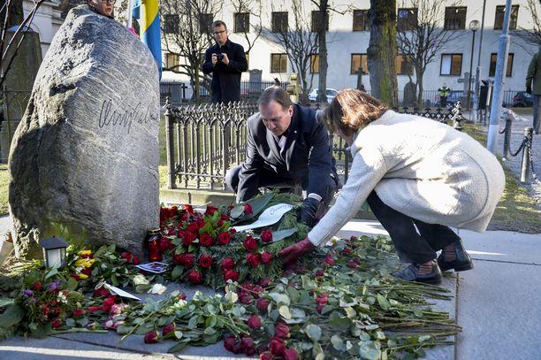 Ruotsin sosiaalidemokraattisen puolueen johtaja Stefan Löfven ja puoluesihteeri Carin Jämtin laskivat seppeleen Palmen haudalla murhan 30-vuotiaspäivän muistoksi helmikuussa 2016.
