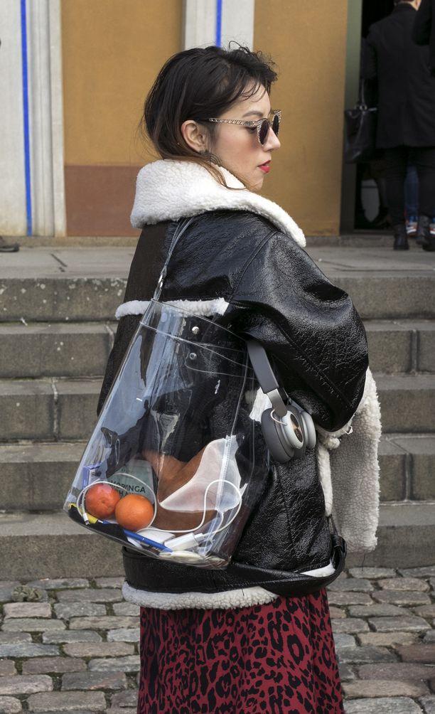 Acne Studiosin hittitakki Velocitea imitoiva shearling-takki ei jätä kantajaansa kylmäksi. Leokuosiseen hameeseen sävytetty huulipuna sekä harkiten pakattu pvc-laukku tekevät asusta kiinnostavamman.