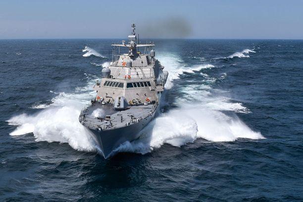 Suomen puolustusvoimat ei ole julkaissut lopullisia mallikuvia haaveilemastaan korvetista. Laiva perustuu kuvassa olevaan amerikkalaiseen Littoral Combat Ship -konseptiin, joka on Yhdysvalloissakin vasta kehitysversio. Pentagonin tutkimuksen mukaan laivan taistelukelpoisuus on huono. Jos se saa osuman, Yhdysvaltain laivaston perinteistä poiketen laivan miehistö hylkää aluksensa ja siirtyy pelastuslauttoihin. Kuva: Yhdysvaltain laivasto