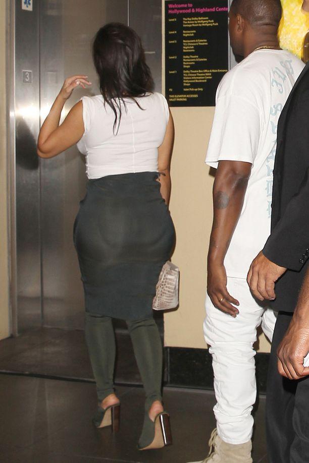 Tämä kuva herätti epäilyt Kimin takapuolen aitoudesta. Kuvassa kaunotar on poistumassa siskonsa Khloen syntymäpäiviltä aviomiehensä Kanye Westin kanssa.