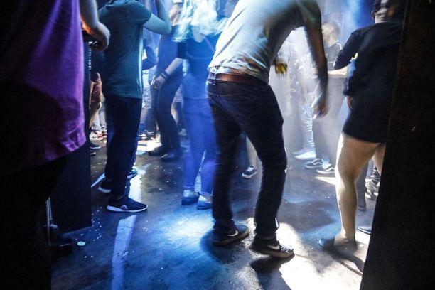 Yökerhoissa juhliessaan ihmiset eivät turvaväleistä välitä, näkee Husin Lasse Lehtonen. Kuvituskuva.