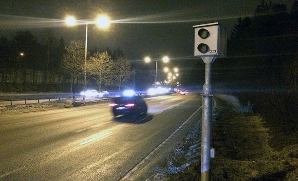 Valvontatolppia Suomessa on noin 930. Tolppakameroita on 150, mutta käytännössä noin 130 niistä on käytössä.