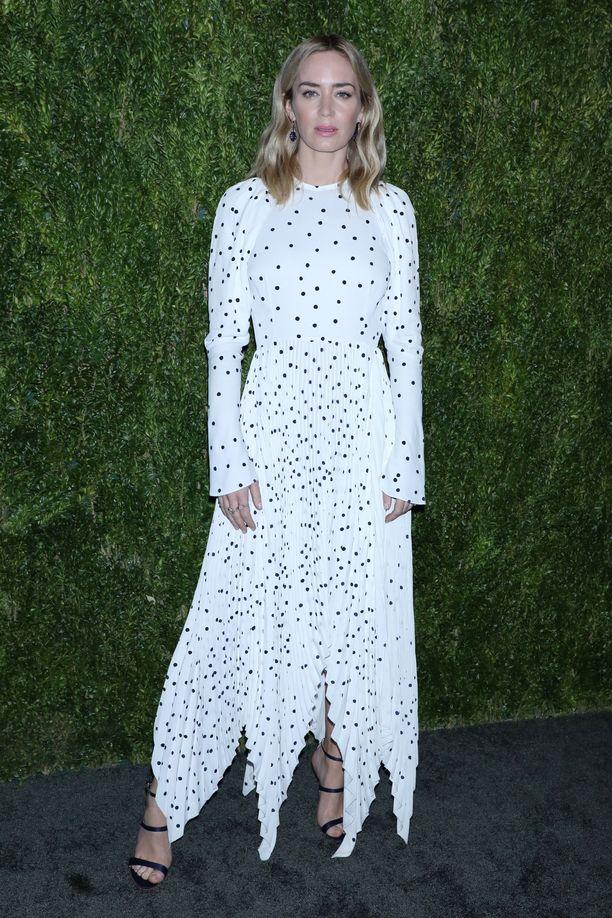Näyttelijä Emily Blunt Khaiten mekossa. Pitkähihainen mekko on ihanan ajaton.