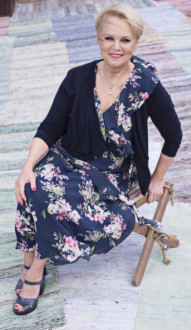 Laulaja Katri Helena, 72, joutui keskeyttämään juhannuskeikkansa flunssan aiheuttaman väsymyksen takia. Sitkeä lavatähti aikoo palata levon jälkeen keikoille Iskelmäfestivaaleilla.