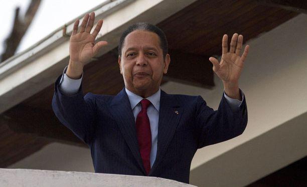 Jean-Claude Duvalier vilkutti ihmisille parvekkeelta.