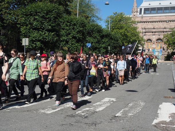Poliisin mukaan Turku ilman natseja -kulkue keräsi yli 1000 osallistujaa.