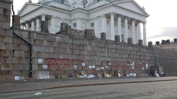Helsingin Tuomiokirkon tukimuuri oli töhritty punaisella maalilla.