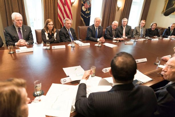 Tässä maahanmuuttoasioita puineessa kokouksessa Trumpin kerrotaan sanoneen persläpikommenttinsa.