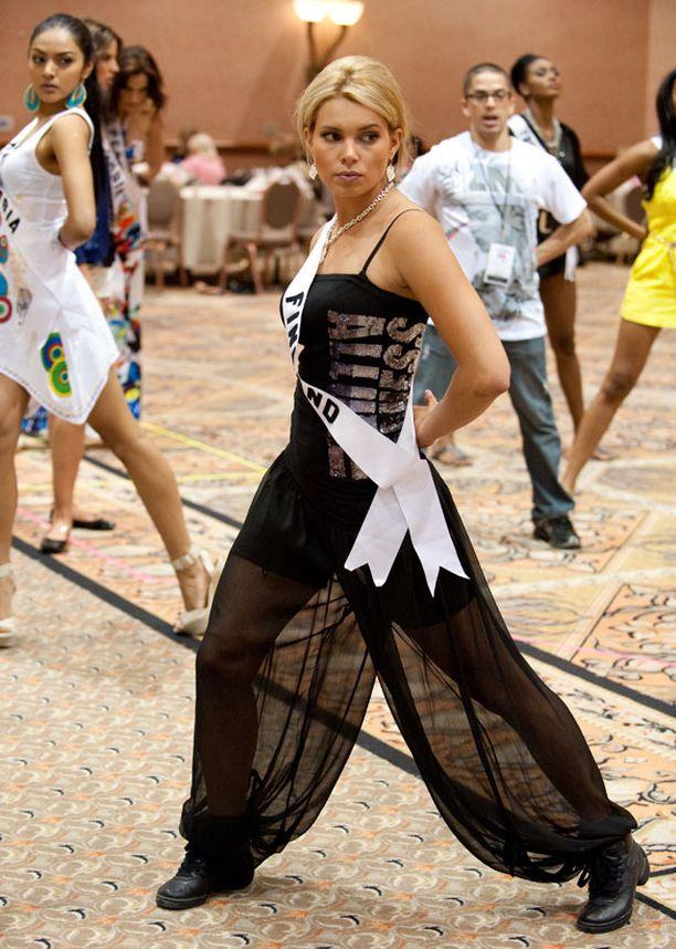 Viivi osallistui tanssiharjoituksiin läpinäkyvissä haaremihousuissa ja lenkkareissa.