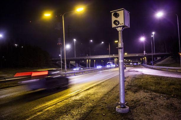 Poliisin mukaan valvontakameratolpat ovat hyvä lisä poliisipartioiden liikennevalvontaan.