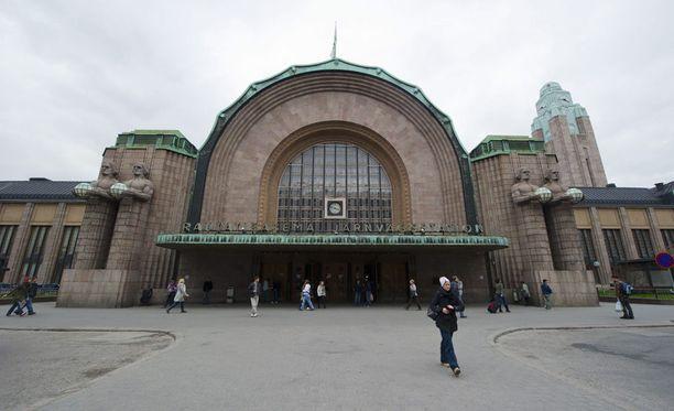 Helsingin rautatieasemalla tapahtui perjantaina hengenvaarallinen onnettomuus, kun mies kiilautui jumiin hissiin. Arkistokuva.
