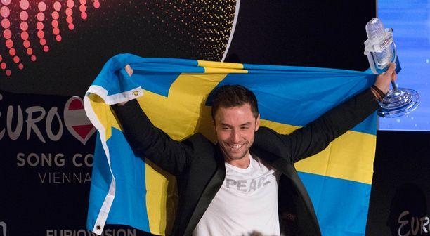 Voittaja tuuletti Ruotsin lipun kera.
