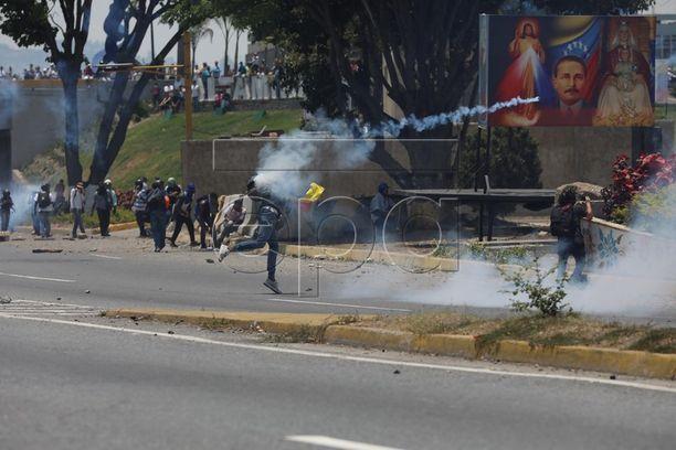 Sotilaat ovat käyttäneet kyynelkaasua mielenosoittajia vastaan Caracasissa.