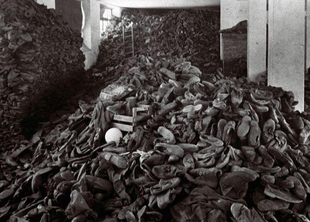 Auschwitzissa ruumiit, hiuset ja kultahampaat kasattiin omiksi pinoikseen.