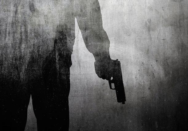 """Nuori mies uhosi, että hänellä on """"kaksi asetta Seinäjoella ja yksi Vaasassa"""". Kuva ei liity tapaukseen."""
