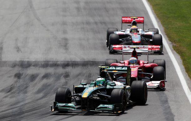 Uudet tallit ovat huomattavasti vanhoja talleja hitaampia. Tässä Lotusta ajava Heikki Kovalainen hidastaa Ferrarin ja McLarenin menoa.