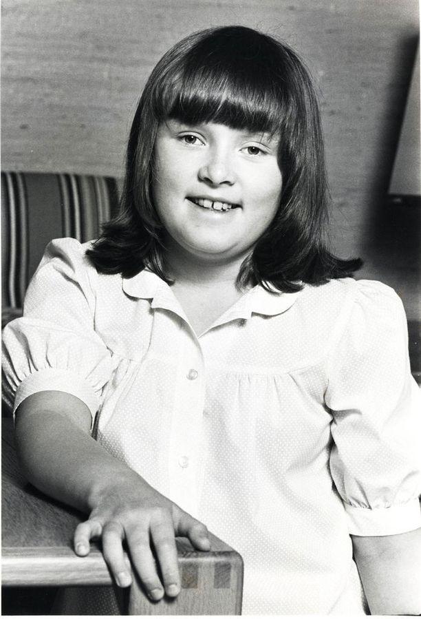 Iltalehden arkistossa on kuva Hanna-Riikasta vuodelta 1981. Kuvassa hän on 10-vuotias.