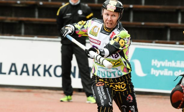 Idän paidassa pelannut ja Kouvolan Pallonlyöjiä Superpesiksessä edustava Juha Korhonen oli Itä-Länsi-ottelun lyöjäkuningas.