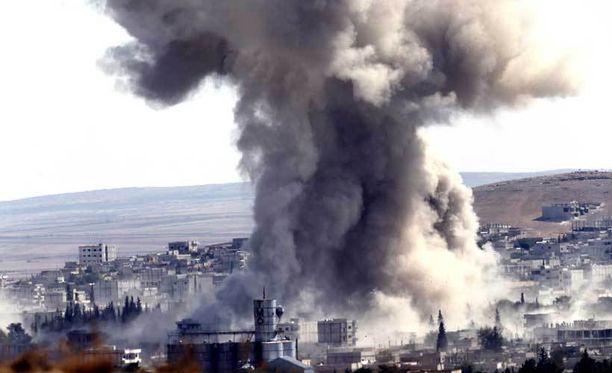 Kobanen kaupungista nousi paksu savuvalli ilmaiskujen seurauksena.