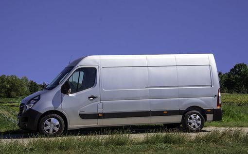 """Opelin uuden työjuhdat esiteltiin maastoradalla: """"Isojen poikien leikkikalu, yllättävän ketterä"""""""