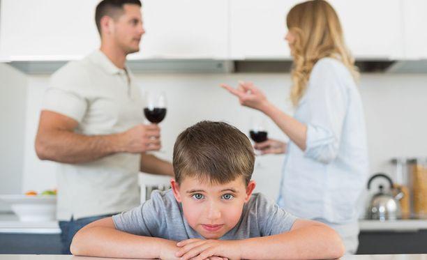 Lapsi tunnistaa helposti, jos vanhempi on hiprakassa tai humalassa, mutta eroa näiden kahden välillä hän ei välttämättä osaa tehdä.