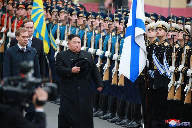 Kim tarkisti Vladivostokissa kunniakompanian.