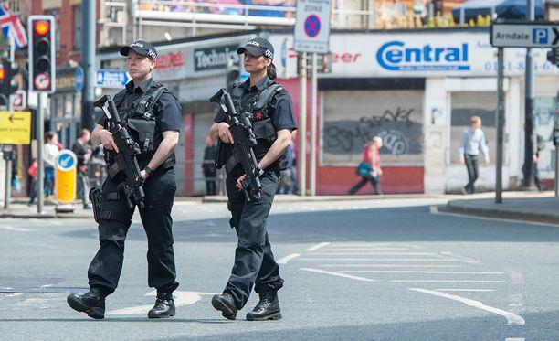 Aseistetut poliisit partiossa Manchesterin keskustassa.