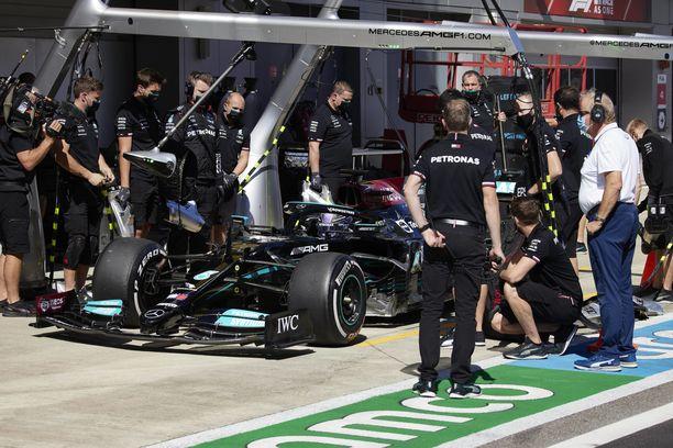 Lewis Hamilton osui Mercedeksen työntekijään Venäjällä.
