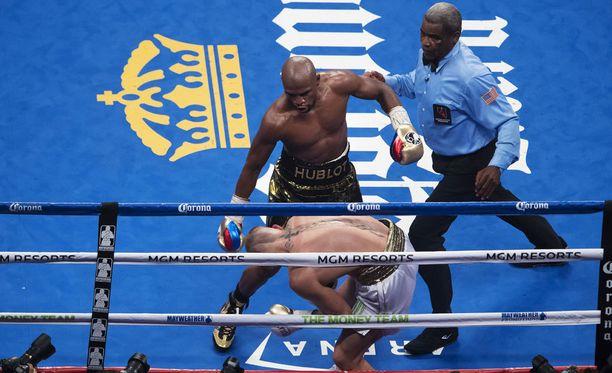 Floyd Mayweather päätti ottelun kymmenennessä erässä.
