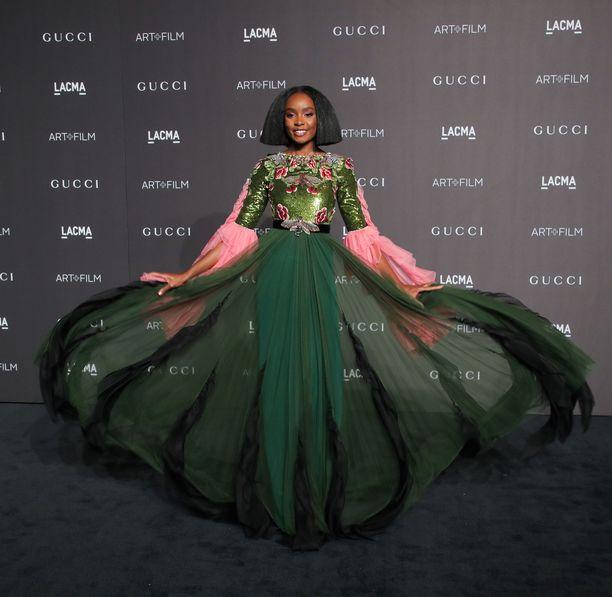 Kokeile rohkeasti värejä! KiKi Laynen Guccin iltapuku säväyttää vihreällä ja pinkillä - yllättävät sävyt erottautuvat upeasti perinteisen mustista ja metallinhohtoisista mekoista.
