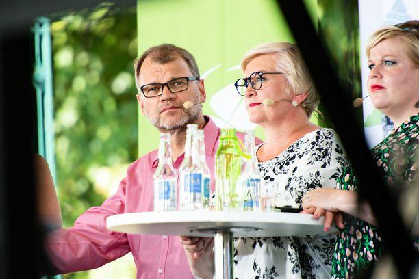 Keskustan ministeritentti Suomi-areenassa. Ministerit Juha Sipilä, Anu Vehviläinen ja Annika Saarikko.