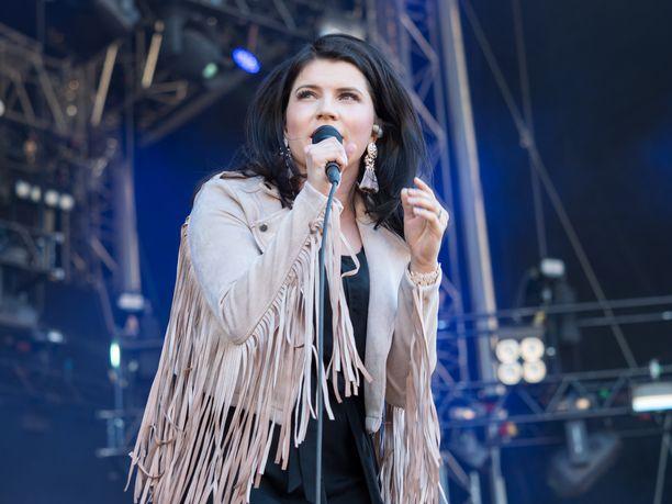 Suvi Teräsniskan oli tarkoitus esiintyä Porvoossa viikonloppuna.