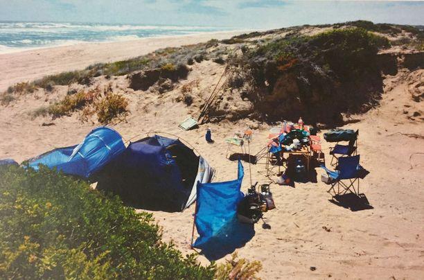 Australialaismies pystytti rannalle leirin kahden reppureissaajan kanssa, ennen kuin hän kävi heidän kimppuunsa.
