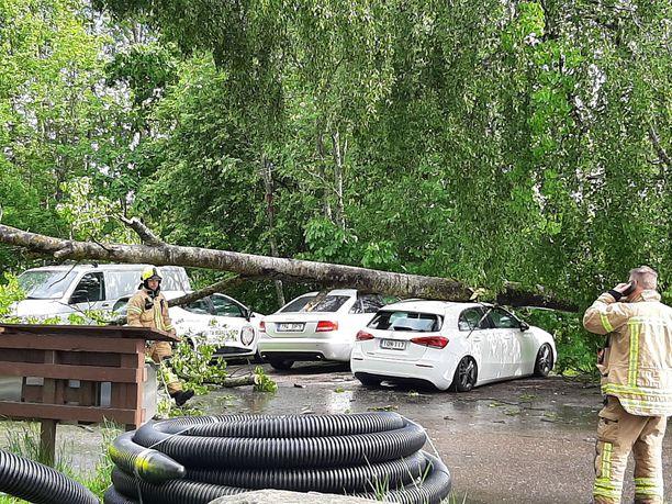 Voimakas tuulenpuuska kaatoi puun autorivin päälle Kirkkonummella.