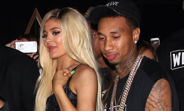 Lipstick-kappaleessa kuullaan myös räppäri Tygaa, joka tunnetaan myös tosi-tv-tähti ja Instagram-julkkis Kylie Jennerin poikaystävänä.