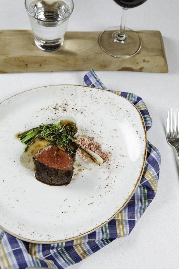 Ismo Sipeläinen on suunnittellut Tallink Siljalle Menu Nordicin, joka on tarjolla Tukholmanlaivoilla Bon Vivant -ravintoloissa 16.5.-18.9. Menu sisältää viisi ruokalajia, joista yksi on yrttipaahdettu härän filee sipulilla.