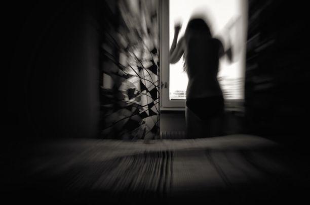 Lapsuudessa koettu väkivalta saattaa heikentää tunteiden säätelytaitoja tai opettaa purkamaan esimerkiksi stressiä väkivaltaisella käytöksellä.