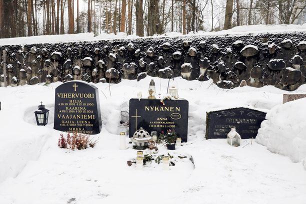 Yöllä satanut lumi peitti Matti Nykäsen haudalle tuotuja kukkia.