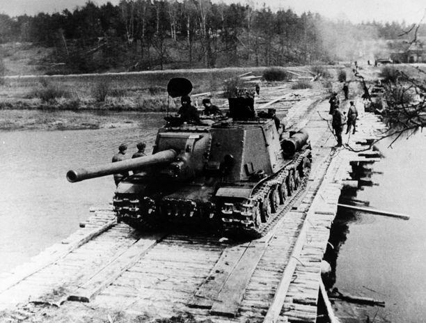 """CIA:n informantin mukaan """"päähyökkäys etenee Sallasta Rovaniemen kautta Norjan Skibotniin"""". Huhtikuussa 1945 otetussa kuvassa neuvostopanssari Saksassa."""