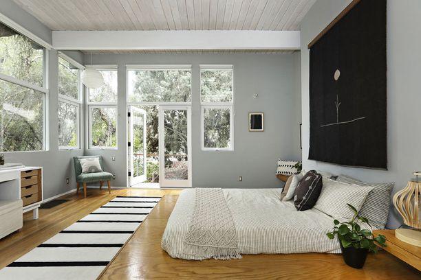Tässä makuuhuoneessa patja on sängynrungon sijaan laitettu suoraan lattialle.