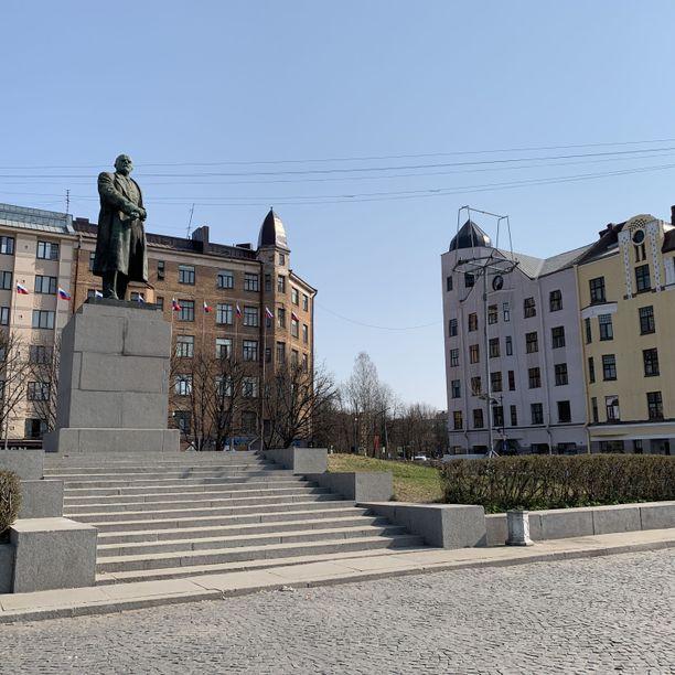 Punaisenlähteen toria vartioi Leninin patsas.