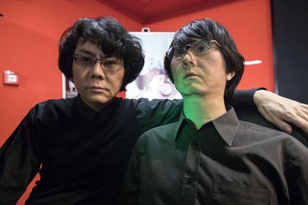 Professori Hiroshi Ishiguro (vasemmalla) on tehnyt itsensä näköisen robotin. Hän on suunnitellut, että voisi tulevaisuudessa lähettää ulkomaille vain robotin, kun häntä pyydetään puhumaan erilaisiin tilaisuuksiin ja konferensseihin.