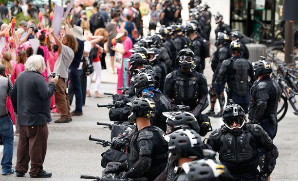 Mielenosoittajia alkoi kertyä Clevelandiin jo sunnuntaina aikana. Neljä päivää kestävän kokouksen turvatoimet ovat tiukat.