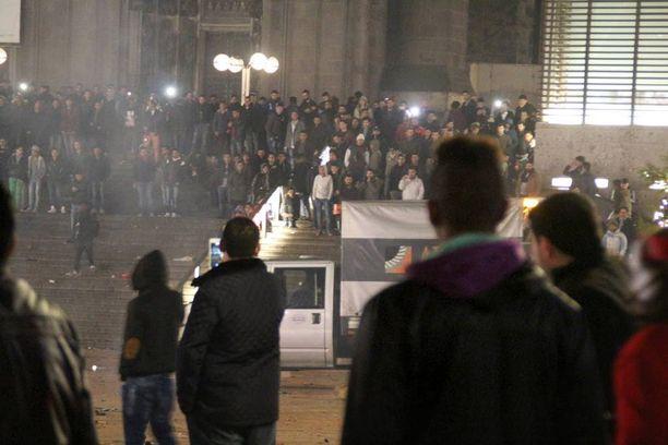 Kölnissä ryhmä maahanmuuttajataustaisia nuoria miehiä ahdisteli naisia väkijoukossa. Rikosilmoituksia uudenvuodenyöltä on tehty yli 500, joista 40 prosenttia koskee seksuaalisia hyökkäyksiä.